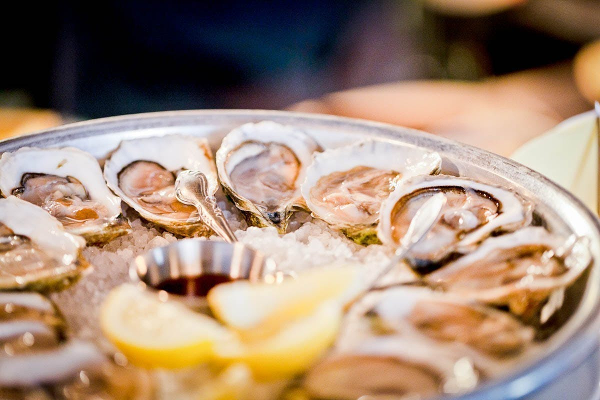 clams with lemons cuts on the side