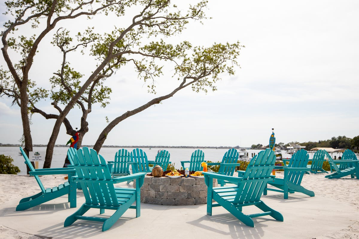 a row of wooden benches sitting on top of a beach